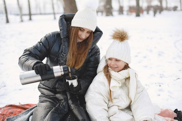 Família com chapéus de malha de inverno nas férias