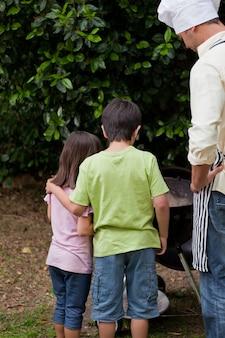 Família com churrasco no jardim