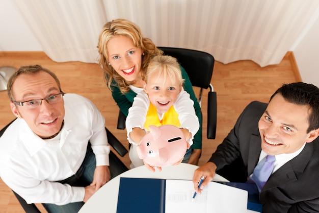 Família com consultor - finanças e seguros