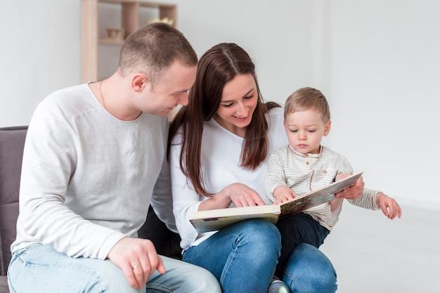 Família com criança e livro em casa