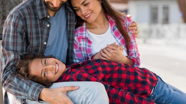 Família com criança e pais juntos ao ar livre