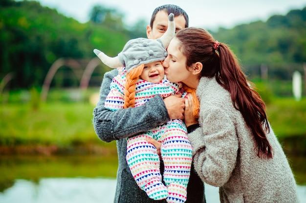 Família com criança em traje para fora