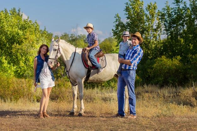 Família, com, crianças, passeio, com, um, cavalo