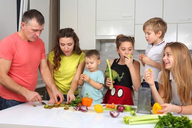 Família com crianças se divertindo cozinhando