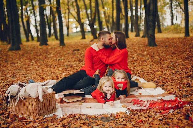 Família, com, cute, crianças, em, um, outono, parque