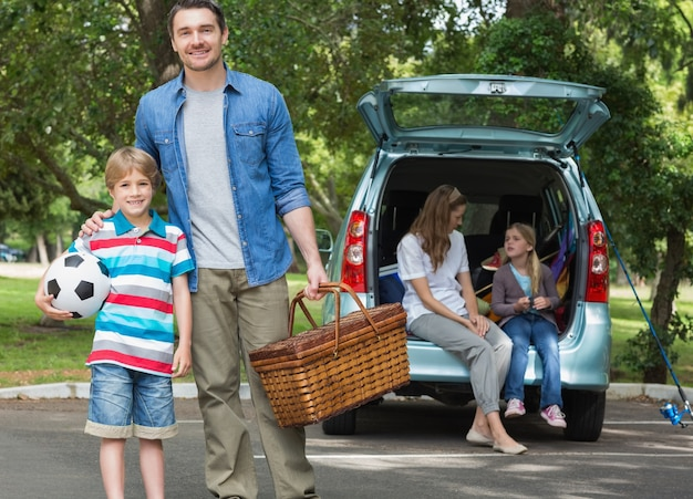 Família com duas crianças no piquenique