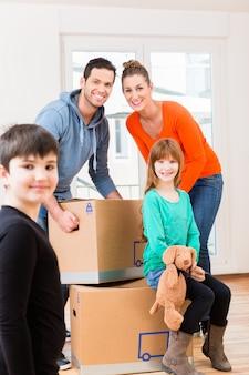 Família, com, em movimento, caixas, em, novo, lar, ou, casa