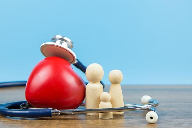 Família com estetoscópio e um coração vermelho.