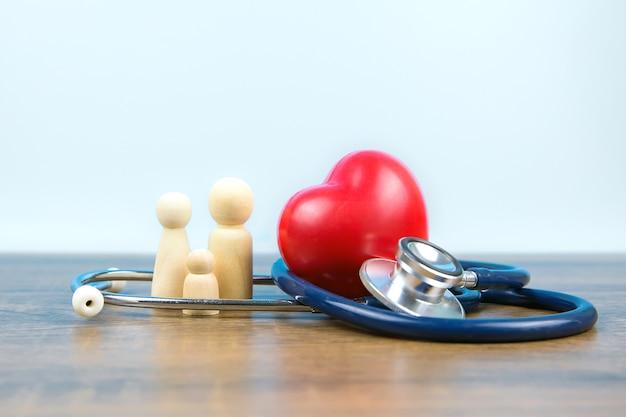 Família com estetoscópio e um coração vermelho