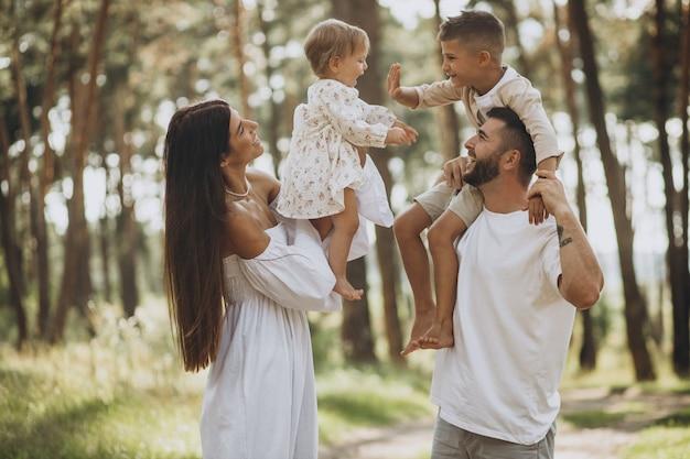 Família com filha bebê e filho pequeno no parque