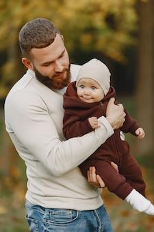 Família com filha bonita. pai com um suéter marrom. menina com um pai.