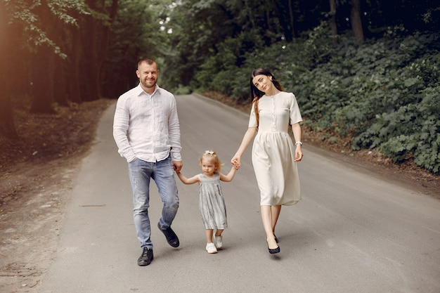 Família com filha brincando em um parque
