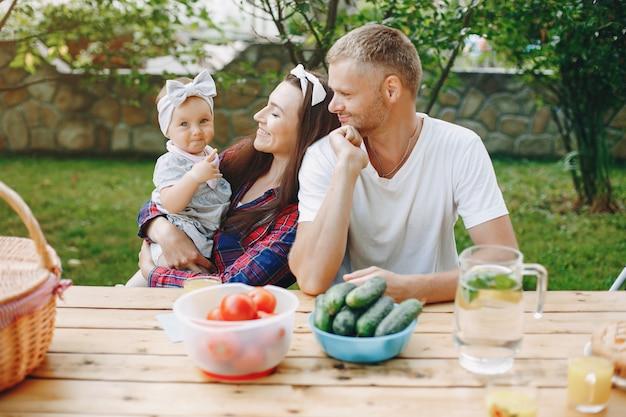 Família com filha brincando no quintal