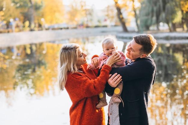 Família com filha caminhando no parque