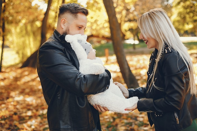 Família, com, filha, em, um, outono, parque