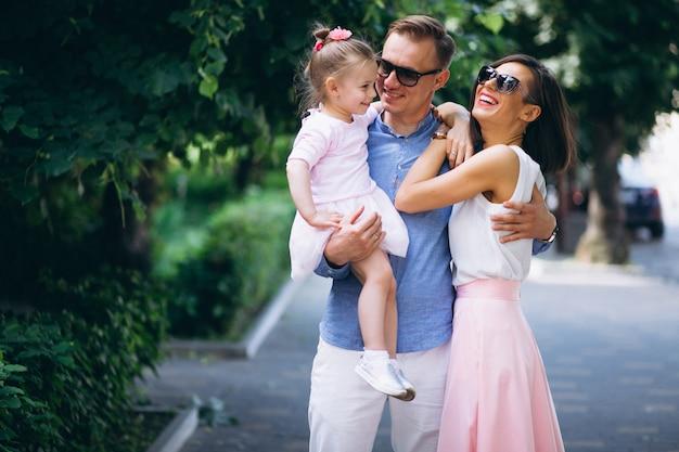 Família, com, filha pequena, junto, parque