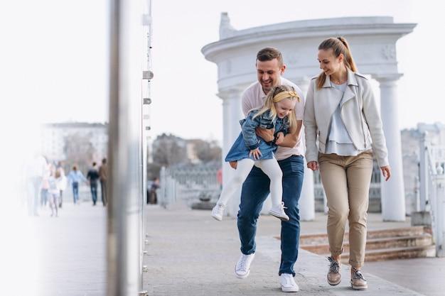 Família, com, filha pequena, parque