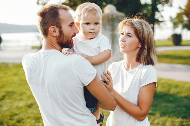 Família com filho brincando em um parque de verão