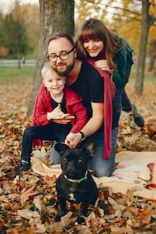 Família com filho pequeno em um parque de outono