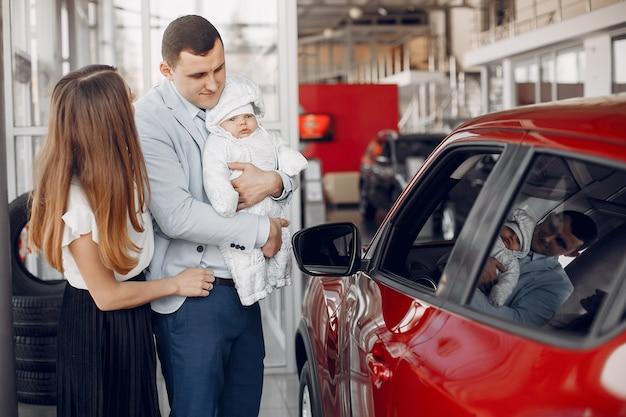 Família com filho pequeno em um salão de beleza do carro