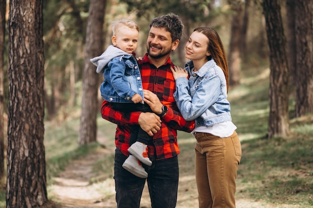 Família com filho pequeno junto na floresta