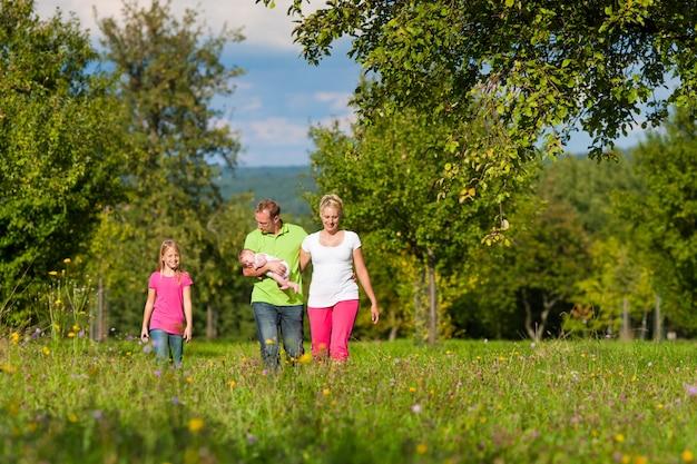 Família com filhos a passear