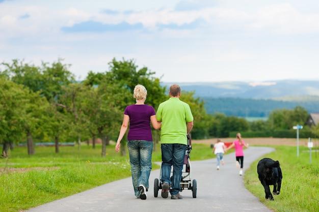 Família com filhos e cachorro passeando