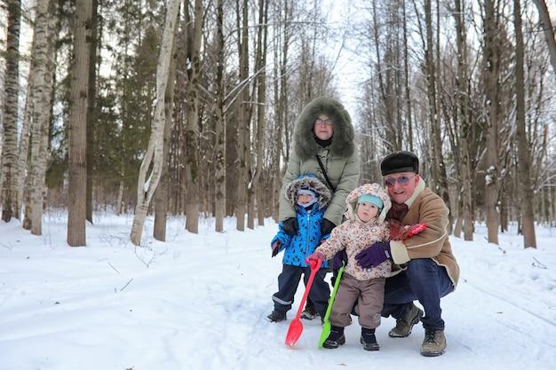 Família com filhos no parque de inverno no fim de semana de neve