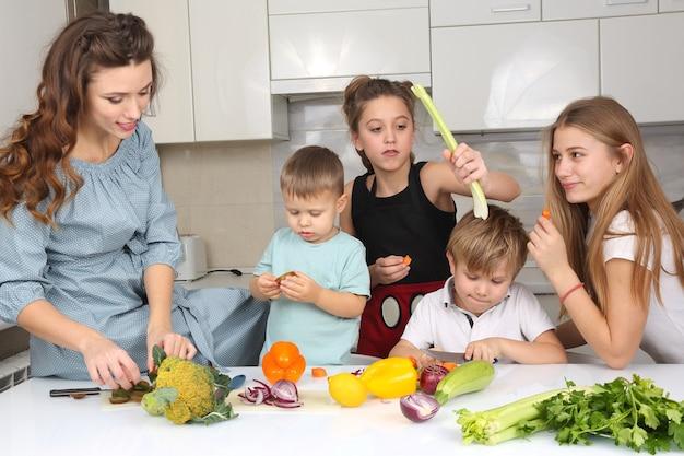 Família com filhos se divertindo cozinhando