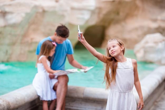 Família com mapa turístico