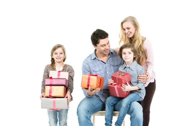 Família com presentes isolados no fundo branco.