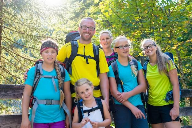 Família, com, quatro, filhos, hiking, montanhas