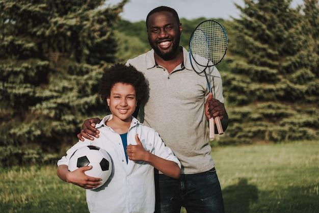 Família, com, raquete, e, bola, mostrar, polegares cima