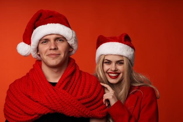 Família com roupas de ano novo, natal, férias, estúdio, estilo de vida