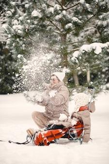 Família com roupas de inverno de férias em floresta nevada
