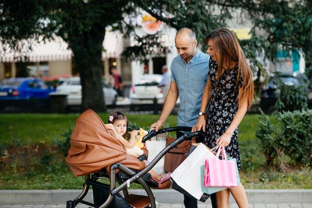 Família, com, saco shopping, em, um, cidade