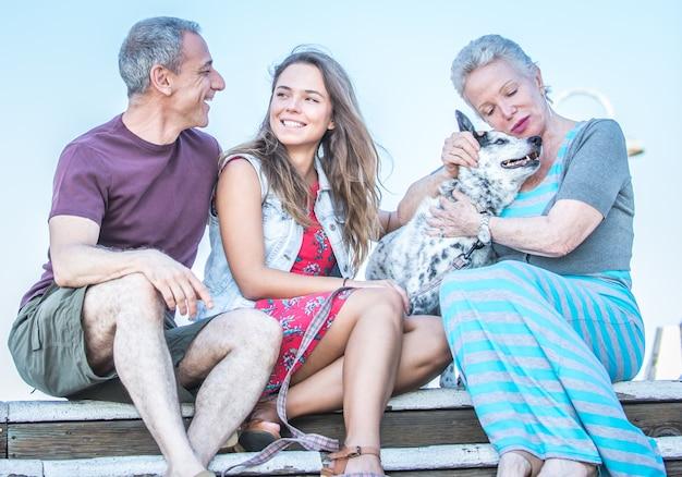Família com um cachorro junto