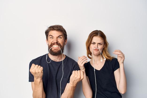 Família com um telefone na mão emoções estúdio estilo de vida
