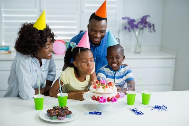 Família comemorando a festa de aniversário em casa