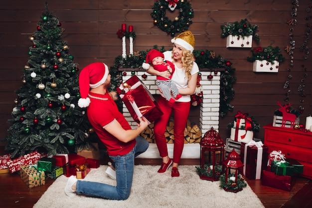 Família comemorando juntos e curtindo presentes de natal