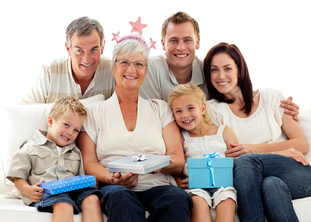 Família comemorando o aniversário da avó
