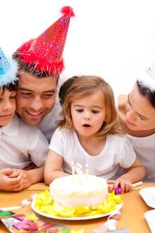 Família comemorando o aniversário da filha em casa