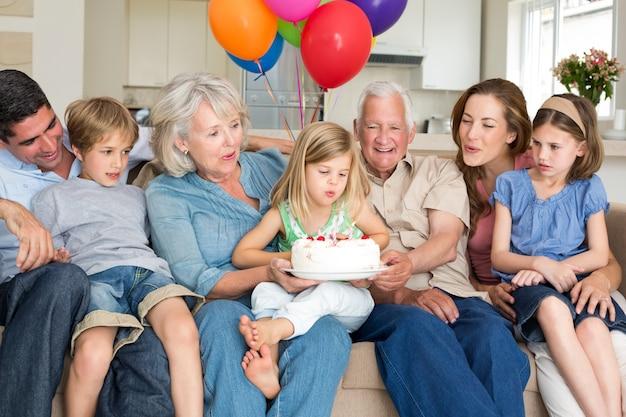 Família comemorando o aniversário das meninas