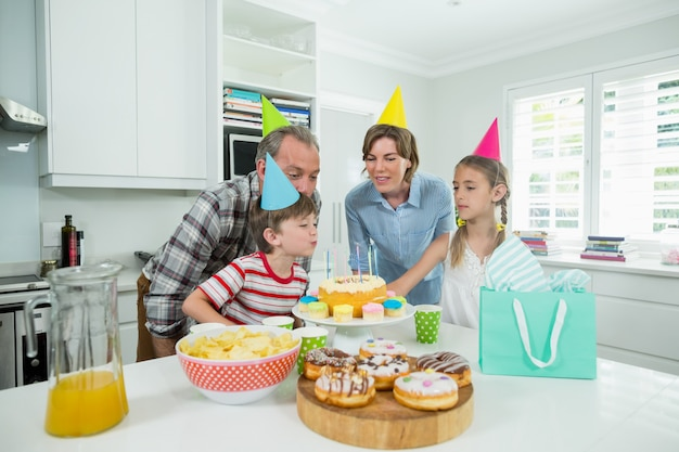 Família comemorando o aniversário do filho na cozinha