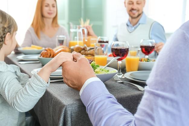 Família comemorando o dia de ação de graças em casa