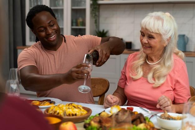 Família comemorando o dia de ação de graças na mesa de jantar