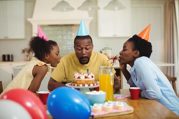 Família comemorando um aniversário