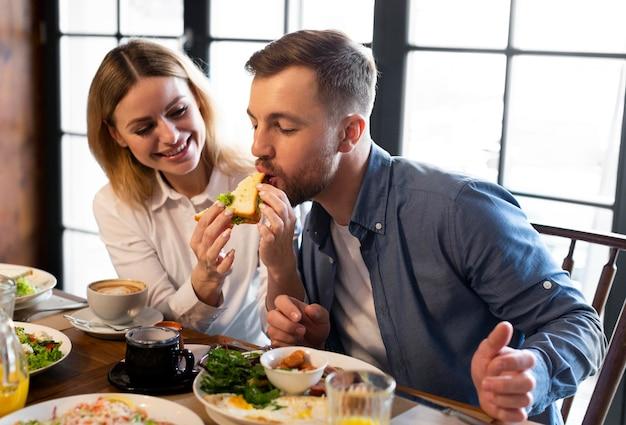 Família comendo junta dose média