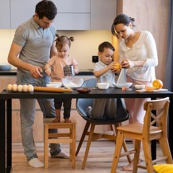 Família completa preparando comida