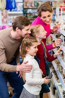 Família comprando brinquedos na loja de brinquedos